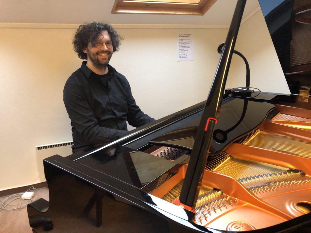Torgeir Koppang er skolens akkompagnatør og pianist