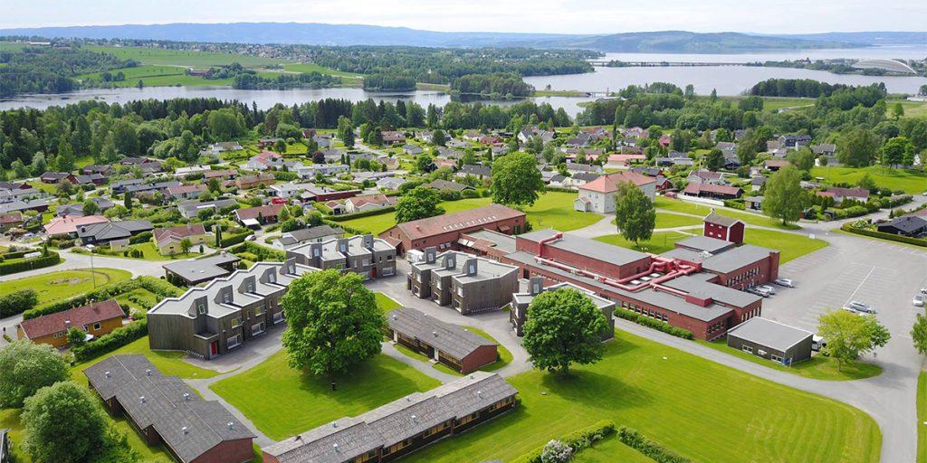 Dronebilde av Toneheim folkehøgskole