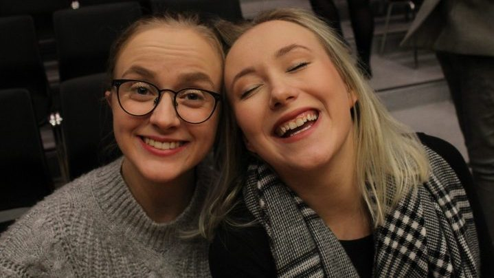 illustrasjons bilde av to fornøyde elever som er klare for konsert i Hamar