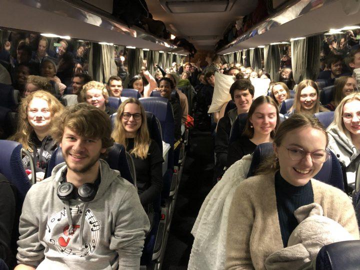 illustrasjons bilde av elever fra toneheim musikk folkehøgskole som sittr i en buss på vei til hamar
