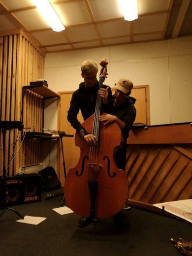 Bilde av to elever. Eiríkur Þrastarson til høyre.