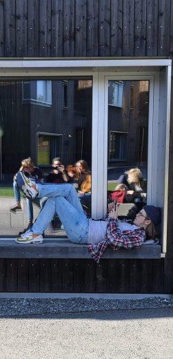 Bilde av en elev som sitter i vinduskarmen på inuternatet